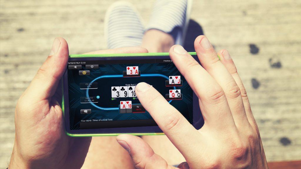 Покер с мобильного: преимущества и особенности